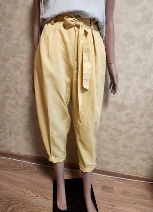 Стильные укороченные льняные брюки бананы с поясом высокая тал...