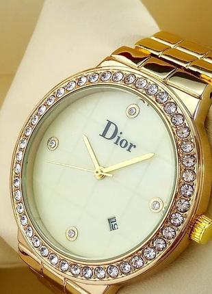 Женские наручные часы на металлическом браслете золотого цвета