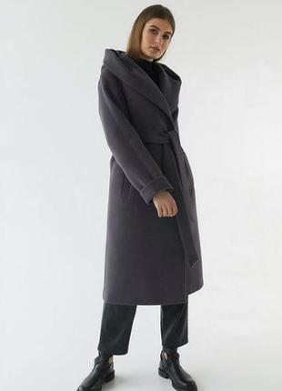 Пальто серое с капюшоном с поясом миди