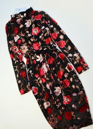 Красивое платье миди в цветы с высоким воротником