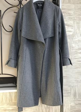 Серое шерстяное пальто с поясом