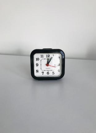Настольные часы, будильник, маленькие часы.