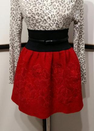 Красная юбка мини с красивой вышивкой