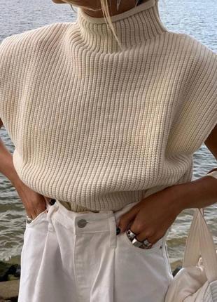 Оверсайз бежевый свитер с подплечниками