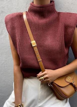 Оверсайз коричневый свитер с подплечниками темно-розовый