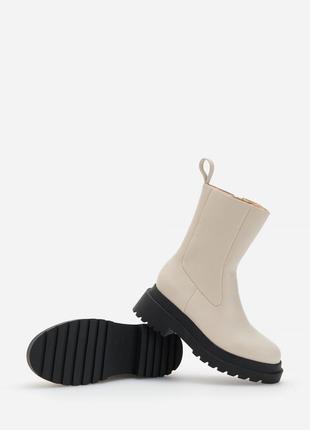 Молочные ботильоны на чёрной массивной подошве сапожки ботинки...
