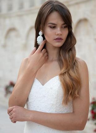 Роскошные серьги из бисера белого цвета