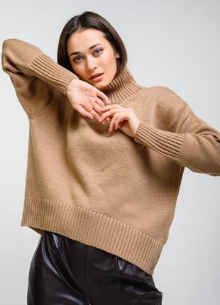Женский свитер в стиле оверсайз.
