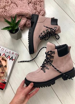 Женские замшевые ботинки розовые на шнуровке