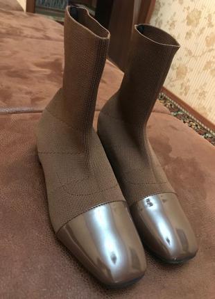 Женские весенне-осенние ботинки с лаковым носком и каблуком