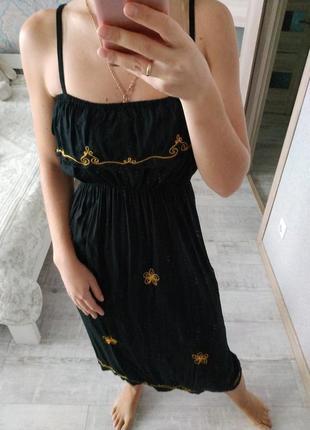 Красивое платье сарафан миди с рюшей на груди и кружевом