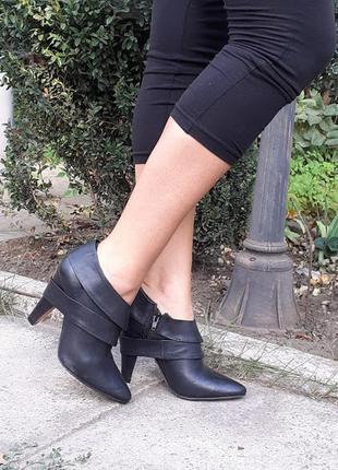 Черные кожаные ботильоны с ремешками на каблуке buffalo