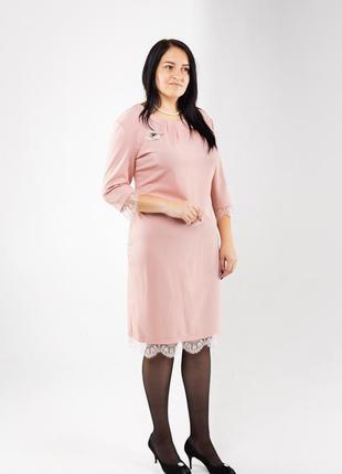 Стильное женское платье ниже колен в больших размерах