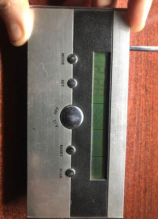 Нлектронний годинник з радіо