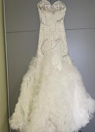 Шикароное фирменное свадебное платье со шлейфом,вышитое бисером