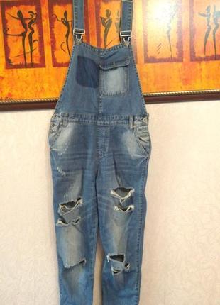 Крутой джинсовый комбинезон рваный