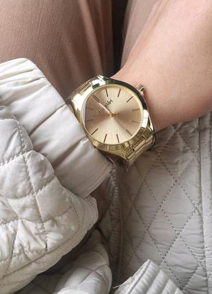 Стильные кварцевые женские часы на металлическом браслете