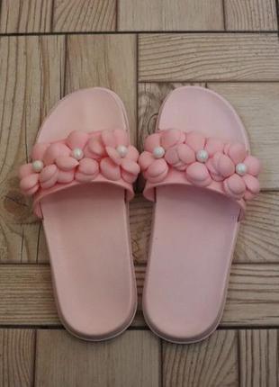 Розовые резиновые шлепанцы с цветами