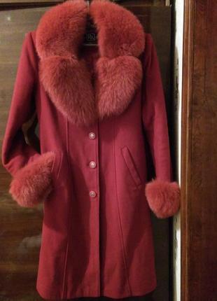 Зимнее пальто женское с меховым воротником и манжетами классик...