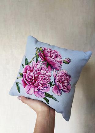 Декоративная подушка с вышивкой ручной работы