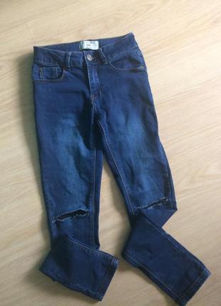 Стильные джинсики с рваными коленями