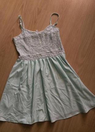 Очень красивое ментоловое платье с кружевом