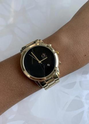 Женские наручные стильные металлические часы золотистые с черным
