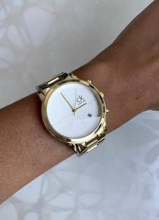 Женские наручные стильные металлические часы золотистые с белым