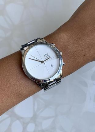 Женские наручные стильные металлические часы серебристые с белым
