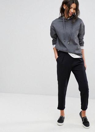 Черные зауженные брюки с подворотами stradivarius