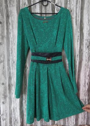 Платье зеленого цвета с длинным рукавом и поясом размер 48