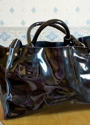 Большая, вместительная сумка из лак. кожи