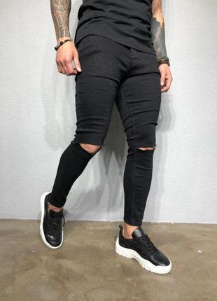Черный зауженные джинсы с дырками на коленях zara