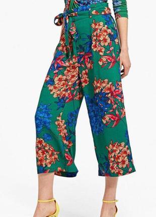 Зеленые брюки кюлоты в топический принт цветы zara