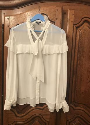 Белая ,нарядная блузка с воланами