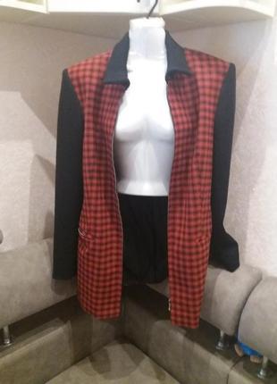 Яркое красное с черным удлинённое пальто тренч трикотажные рук...