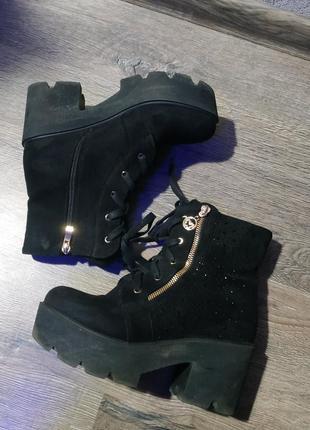 Черные ботинки на тракторной подошве эко замш
