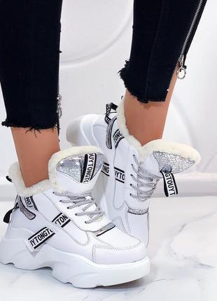 Зимние белые ботинки на высокой платформе.
