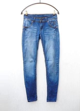 Синие осенние потертые стрейчевые джинсы