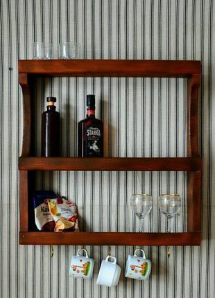 Открытая кухонная полка для специй и посуды.
