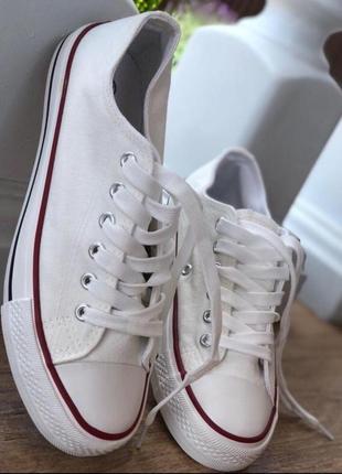 Стильные белые кеды в стиле converse