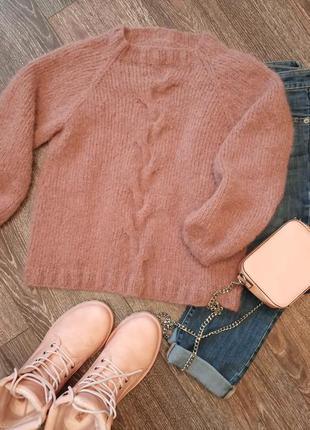 Теплый вязаный свитер с косой