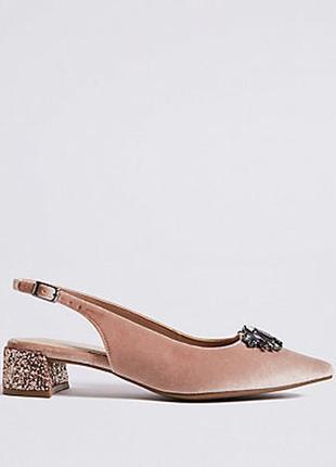 Бархатные босоножки с украшением на маленьком каблуке