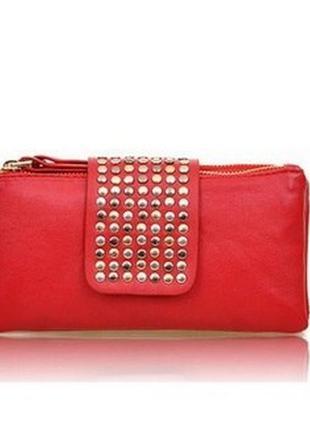 Красный кошелёк-клатч с заклёпками