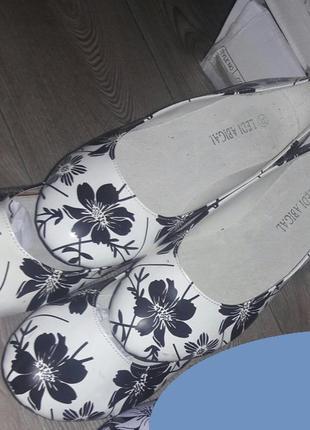 Белые балетки в чёрных цветочках, на низком ходу р.35