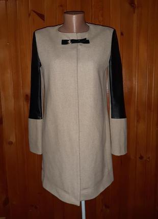 Бежевое пальто с чёрными вставками из кожзама с 2  карманами