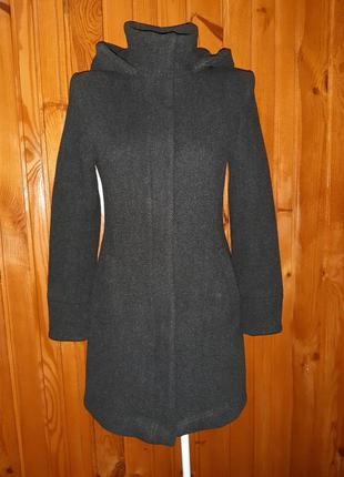 Тёмно-серое тёплое пальто с капюшоном