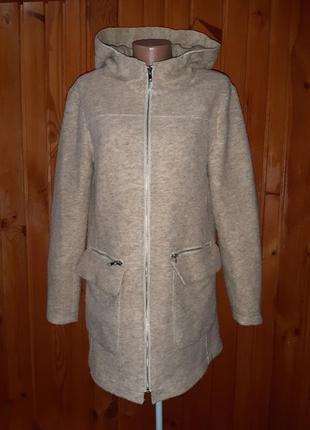 Бежевое пальто на молнии с капюшоном и накладными карманами
