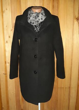 Чёрное пальто на пуговицах с карманами на молниях