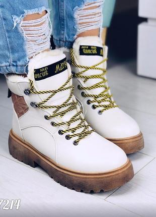 Зимние белые ботинки на коричневой подошве